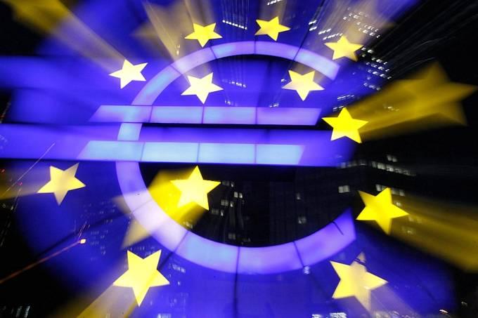 logo-do-euro-no-predio-do-bce-original.jpeg
