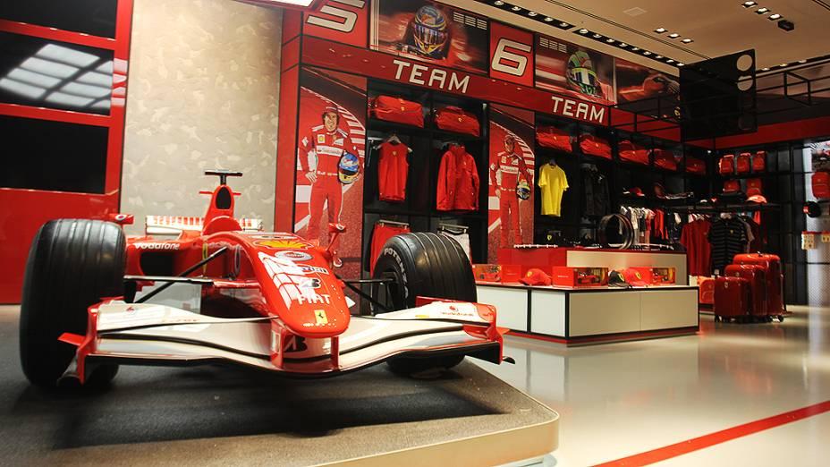 Loja da Ferrari no shopping Fashion Mall, Rio de Janeiro: carro usado por Felipe Massa