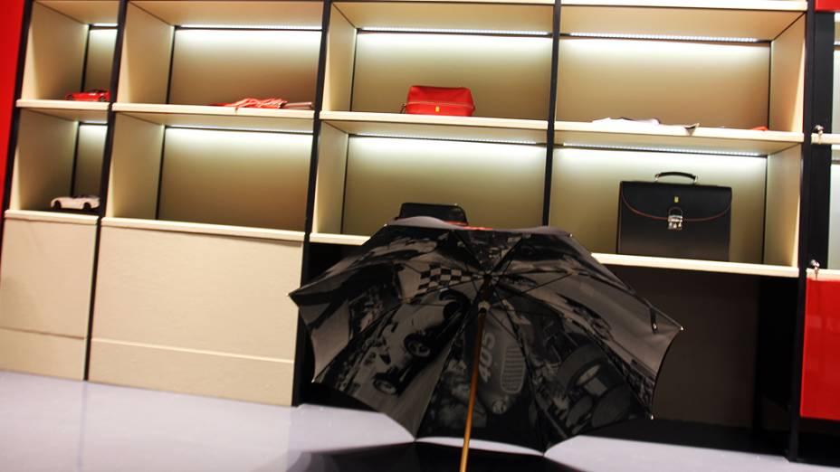 Guarda-chuva Ferrari, no shopping Fashion Mall, Rio de Janeiro: 498 reais - no site internacional entre 99 e 146 dólares