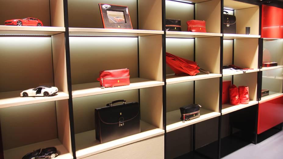 Loja da Ferrari no shopping Fashion Mall: roupas, acessórios, miniaturas, entre outros itens