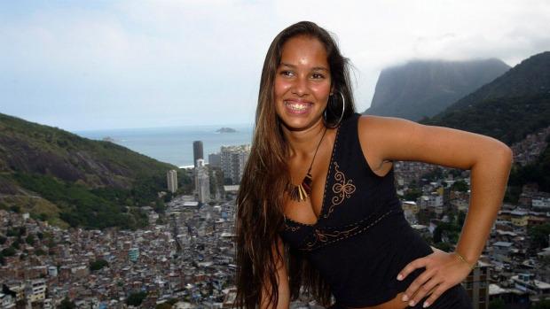 Luana posa no alto da Favela da Rocinha, no Rio: suspeita é de que ela tenha sido morta pela quadrilha do traficante Nem