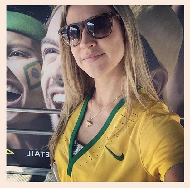 Luana Piovani posa com camisa da Seleção Brasileira.