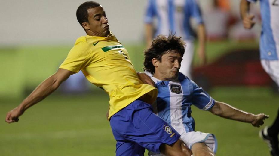 Lucas tenta uma jogada no duelo entre Brasil e Argentina, pelo Superclássico das Américas, em Belém