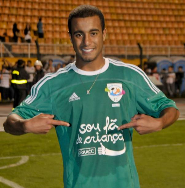 Lucas, do São Paulo e da seleção brasileira, em partida beneficente