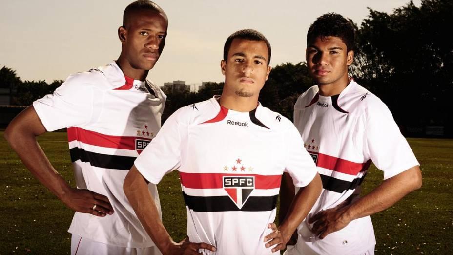 Lucas (à frente) com Zé Vitor e Casemiro, ao ser promovido para o time principal do São Paulo