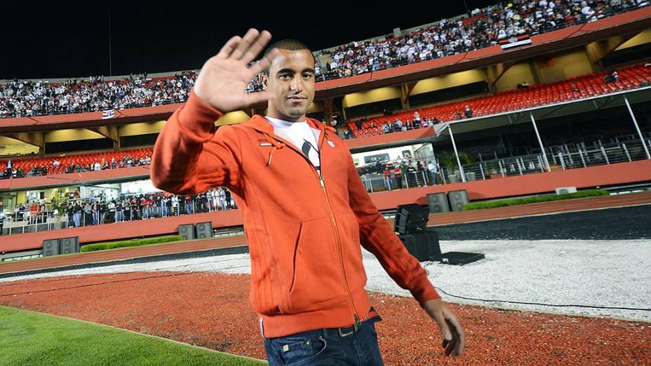 Lucas saúda torcida no Morumbi antes de São Paulo x Corinthians