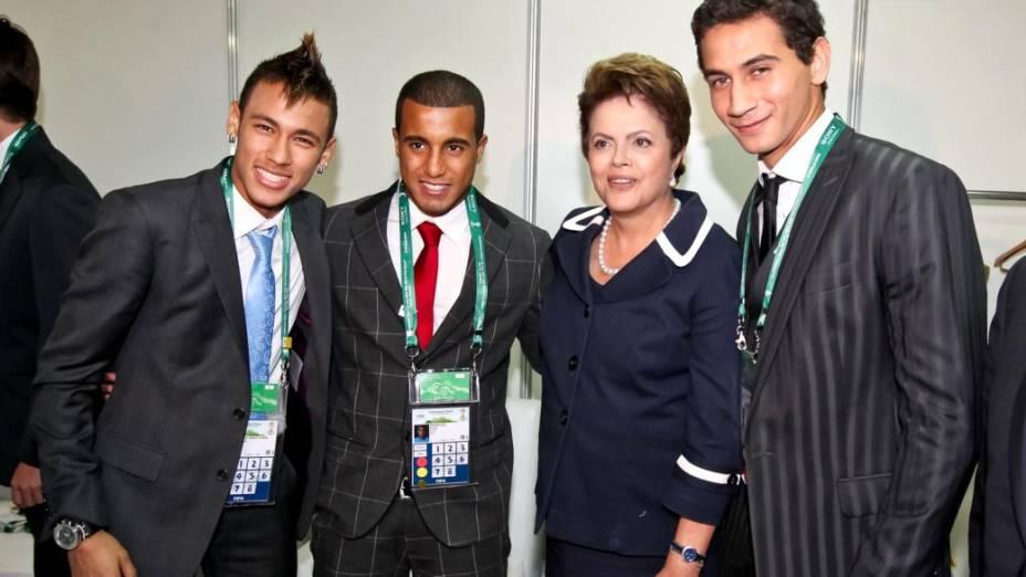 Ganso, Neymar e Lucas posam para foto ao lado da presidente Dilma Rousseff durante o sorteio dos grupos das Eliminatórias da Copa de 2014, no Rio de Janeiro