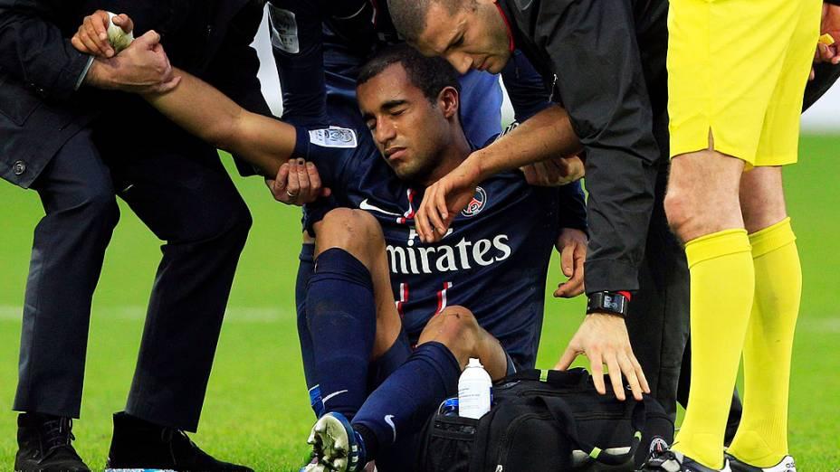 Lucas do Paris Saint-Germain deixa o gramado após ser atingido por carrinho de Mangani