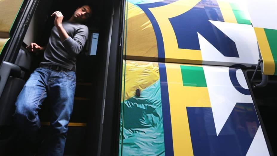 Lucas descendo do ônibus da seleção para treino em Goiânia