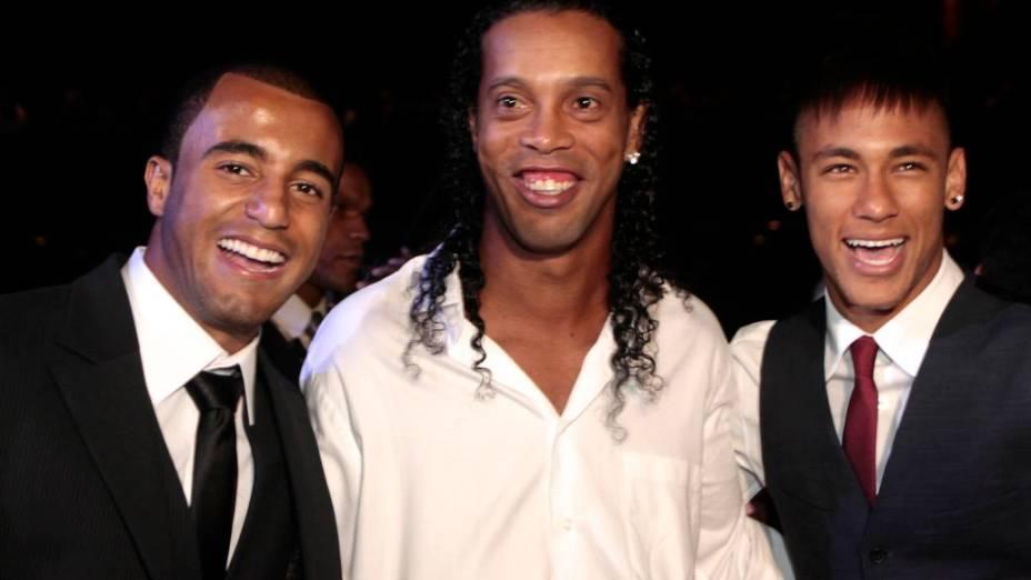 Lucas com Ronaldinho Gaúcho e Neymar em festa de fim de ano da CBF