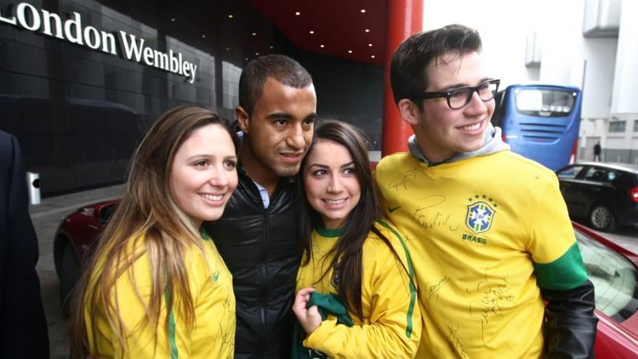 Lucas com torcedores da seleção antes do amistoso contra a Inglaterra em Wembley