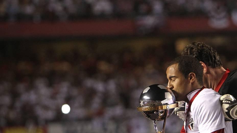 Lucas ergue a taça ao lado de Rogério Ceni após o São Paulo conquistar a Copa Sul-Americana