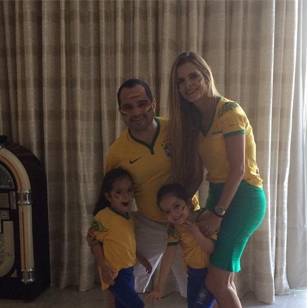 Luciano e Flávia Camargo com os filhos na torcida pelo Brasil na Copa do Mundo 2014.