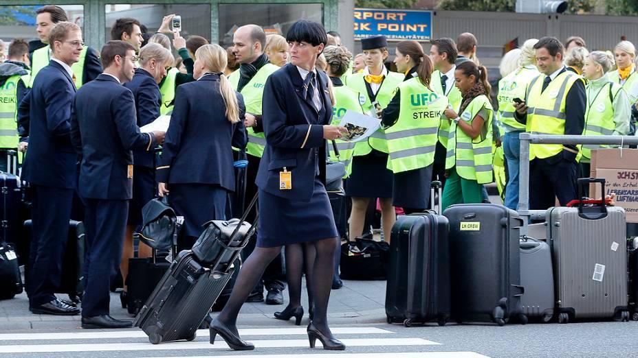 Funcionários da companhia aérea alemã Lufthansa fazem nova paralisação em aeroportos de Frankfurt e Berlim; eles reivindicam melhores salários e condições de trabalho