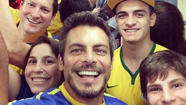 Luigi Baricelli em metrô lotado de São Paulo a caminho da abertura da Copa do Mundo 2014.
