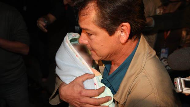 Luís Carlos Samudio, pai da Eliza Samudio,  ex-amante do goleiro Bruno, com o filho do casal