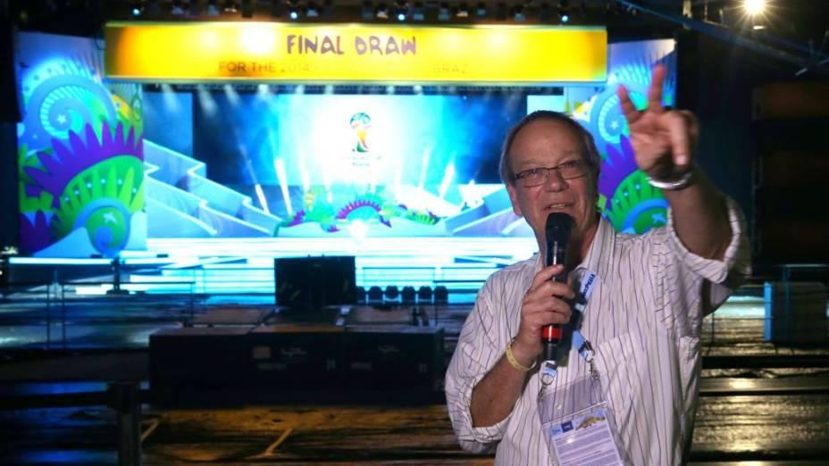 O diretor Luiz Gleiser no palco do sorteio dos grupos da Copa de 2014, na Costa do Sauípe