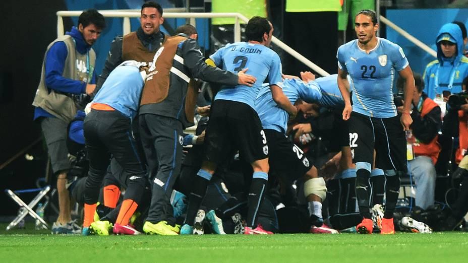 Jogadores do Uruguai comemoram o segundo gol contra a Inglaterra no Itaquerão, em São Paulo