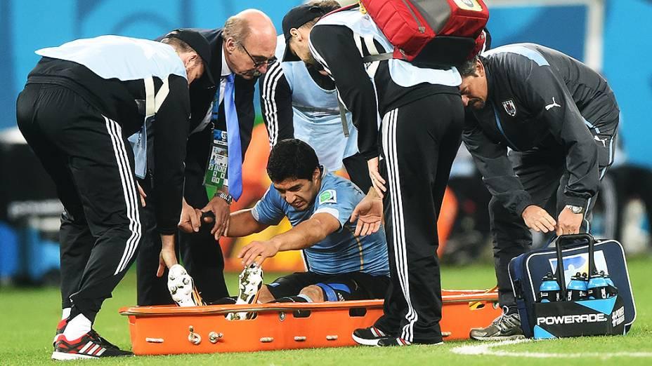 O uruguaio Luis Suárez recebe atendimento em campo no jogo contra a Inglaterra no Itaquerão, em São Paulo