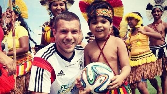No litoral baiano, Lukas Podolski brincou com comunidade indígena durante a Copa