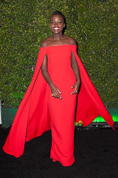 A atriz Lupita Nyongo, a sexta celebridade mais bem vestida de 2014, com um traje da marca americana Ralph Lauren durante o Globo de Ouro, em janeiro