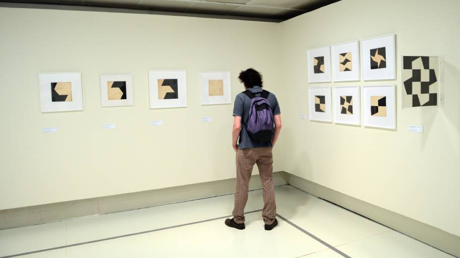 Visitante na exposição Lygia Clark: uma retrospectiva, em São Paulo
