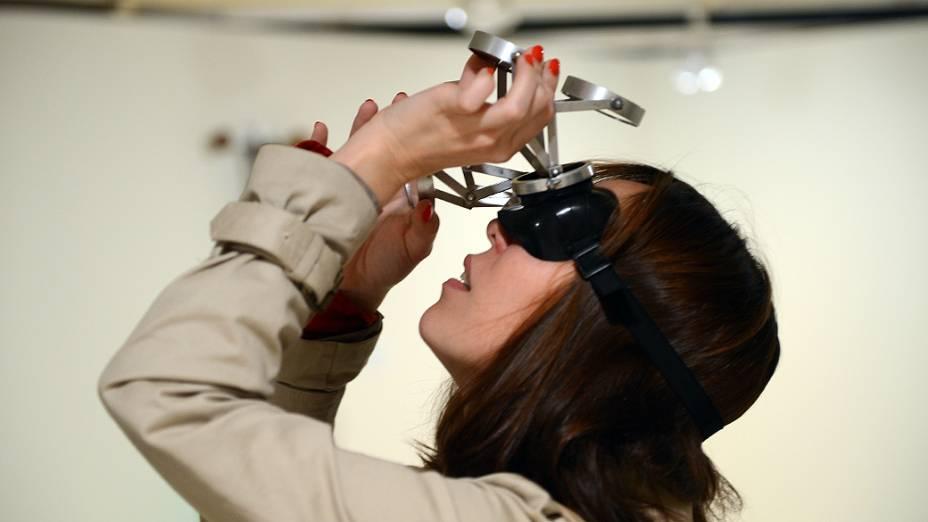 Visitante usá óculos com espelhos criado por Lygia Clark