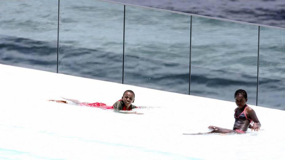 Filhos de Madonna na piscina do Hotel Fasano, no Rio de Janeiro