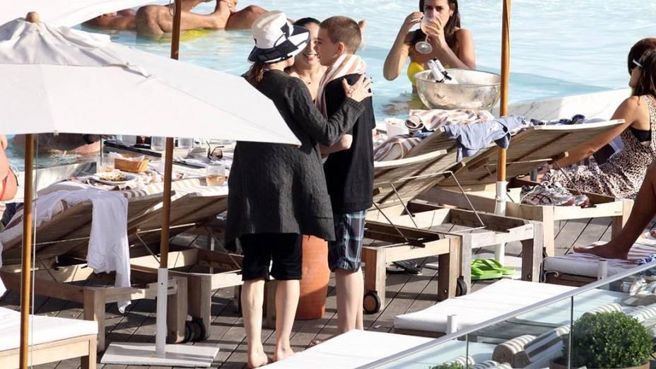 Madonna com os filhos na piscina do Hotel Fasano, no Rio de Janeiro