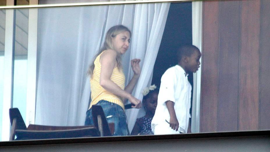 Filhos de Madonna na sacada do Hotel Fasano, no Rio de Janeiro