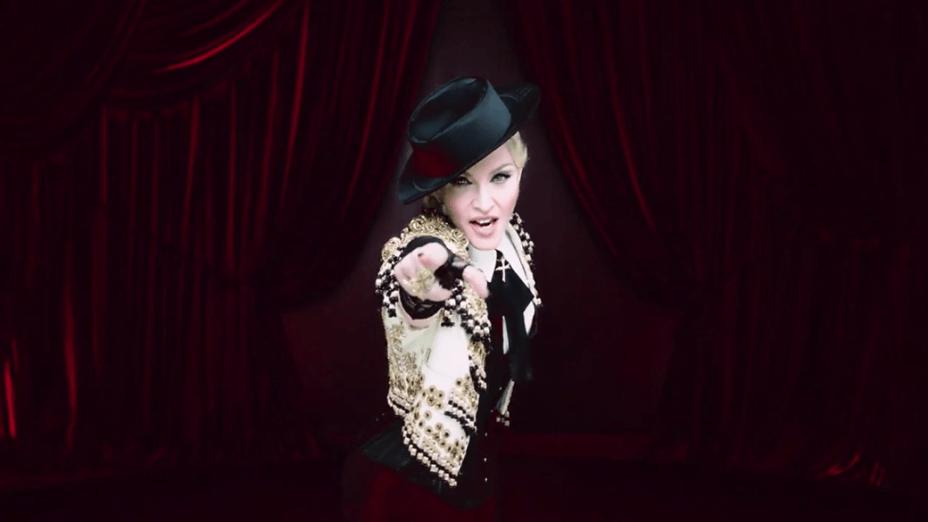 Madonna no clipe Living for Love, primeiro single de seu novo disco, Rebel Heart