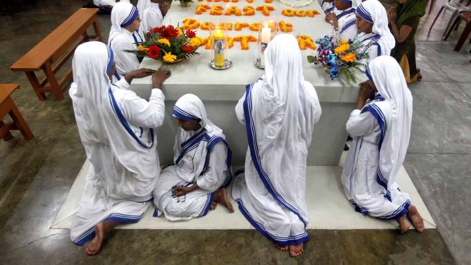 Freiras católicas rezam no túmulo de Madre Teresa no 15º aniversário de sua morte, em Calcutá, na Índia