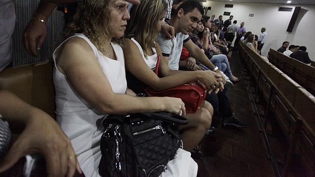 A mãe da garota Eloá, Ana Cristina (de branco) na plateia do tribunal do fórum de Santo André durante o quarto dia de julgamento de Lindemberg Alves Fernandes, acusado de matar a ex-namorada