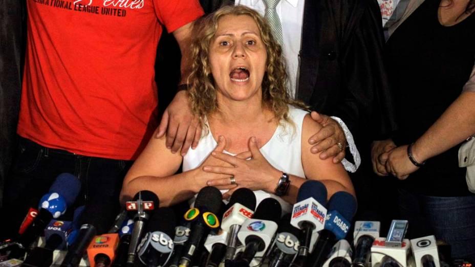 A mãe da garota Eloá, Ana Cristina concede entrevista coletiva ao lado dos filhos e do advogado da família no fórum de Santo André após anúncio da sentença que condenou Lindemberg