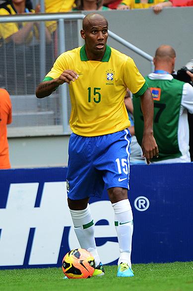 Maicon durante o amistoso entre Brasil e Austrália no estádio Mané Garrincha em Brasília