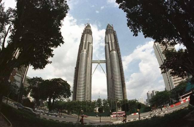Considerada as Torres gêmeas de Kuala Lumpur, na Malásia, as Petronas Towers têm 452 metros de altura e 88 andares.