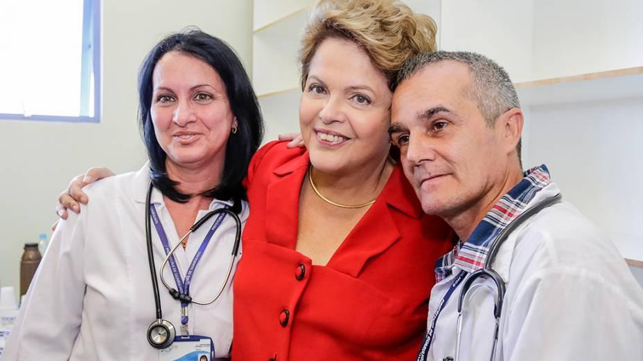 Dilma Rousseff com a médica cubana Hilda, em visita à Unidade Básica de Saúde (UBS) de Jaci, Guarulhos