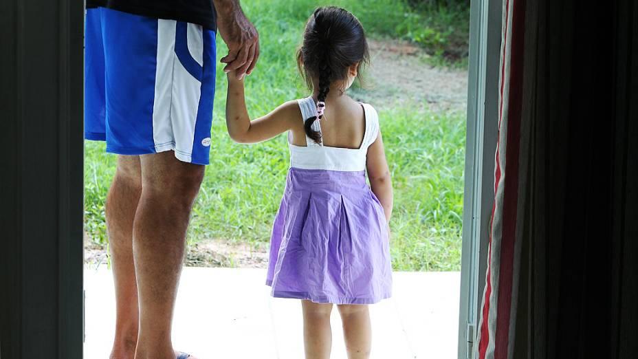 O pai de Andressa Ferreira Flores, que morreu na boate, Jaderson Tiani Lemos Flores com a neta Amanda