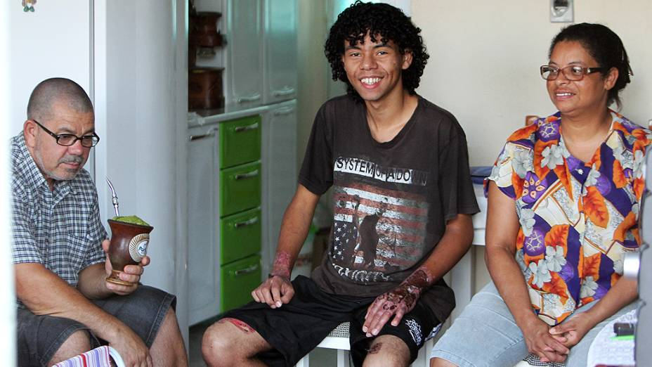 Maike Adriel dos Santos, 20 anos, com os pais Leonel Amaral Nunes e Claudete dos Santos