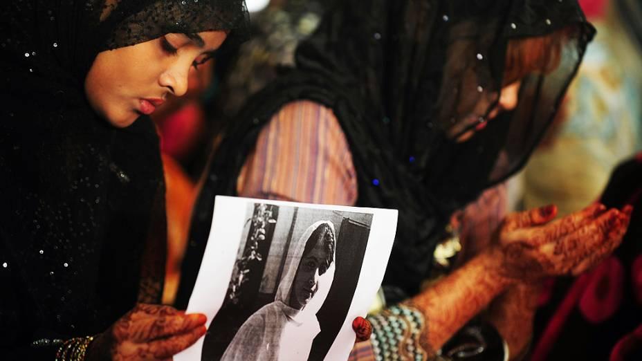 Ativistas islâmicas rezam por Malala Yousafzai, em Lahore (Paquistão)