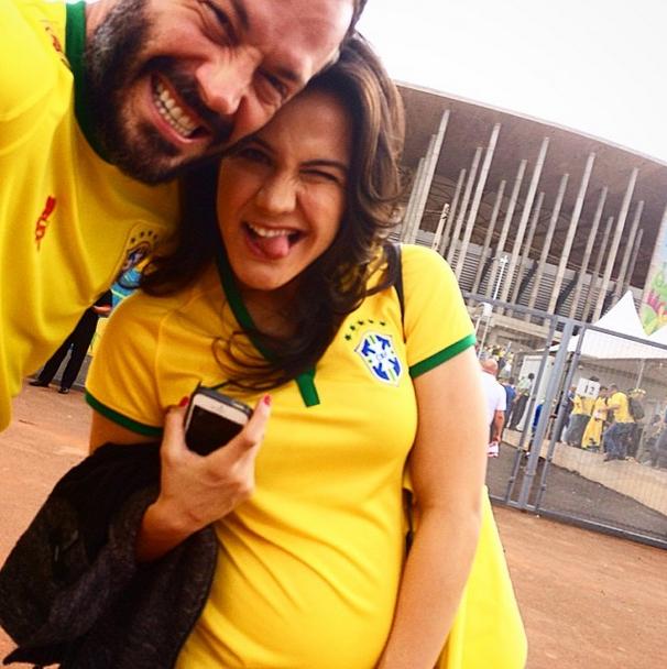 Ator Malvino Salvador chega ao estádio Mané Garrincha para assistir ao jogo do Brasil contra Camarões