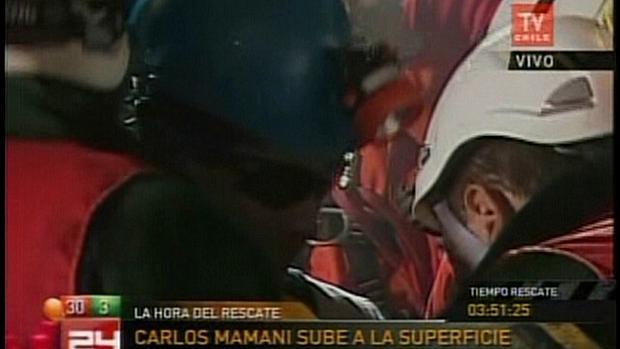 O boliviano Carlos Mamani, o único estrangeiro entre os mineiros, é resgatado da mina San Jose
