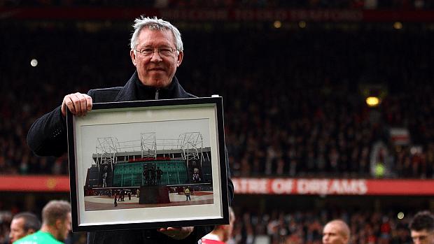 Alex Ferguson durante homenagem do Manchester por seus 25 anos no comando da equipe