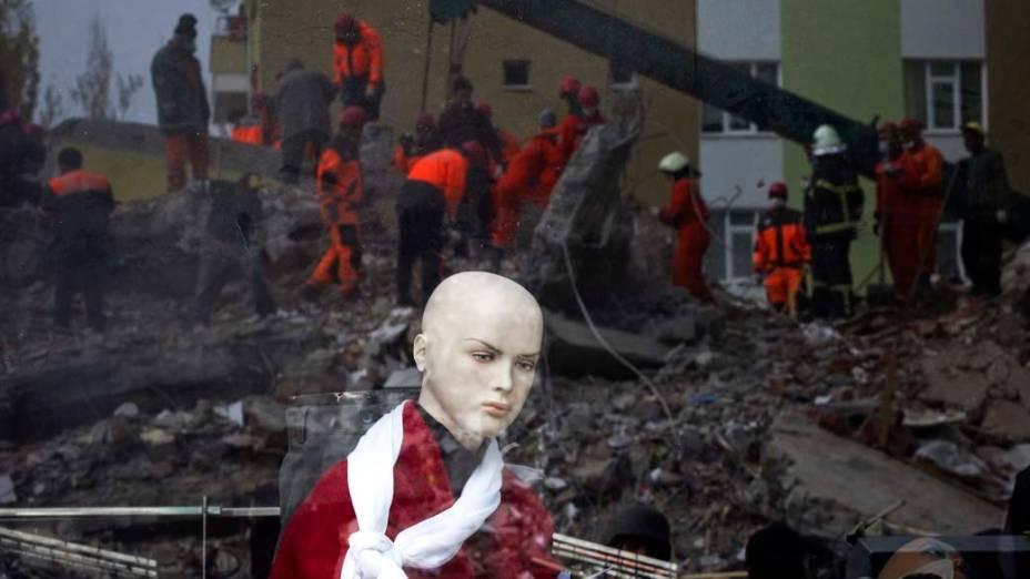 Equipe de resgate durante operação em edifício que desabou no terremoto em Ercis, na Turquia