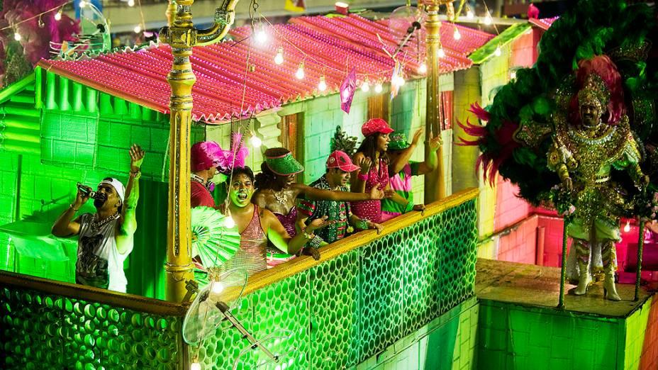Integrantes da Mangueira durante desfile na Marquês de Sapucaí