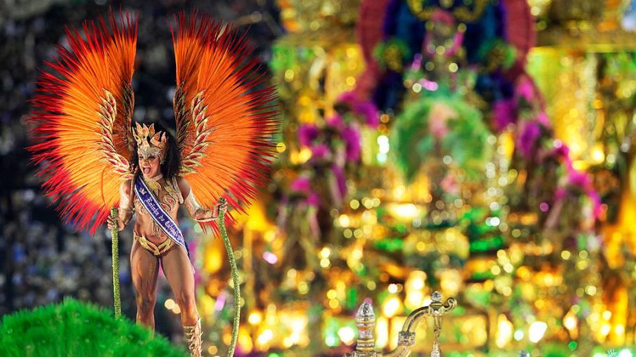 Evelyn Bastos, rainha do Carnaval carioca, desfila pela Mangueira na Marquês de Sapucaí