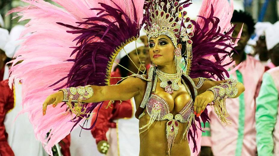 Mayra Cardi, destaque da Mangueira durante desfile na Marquês de Sapucaí