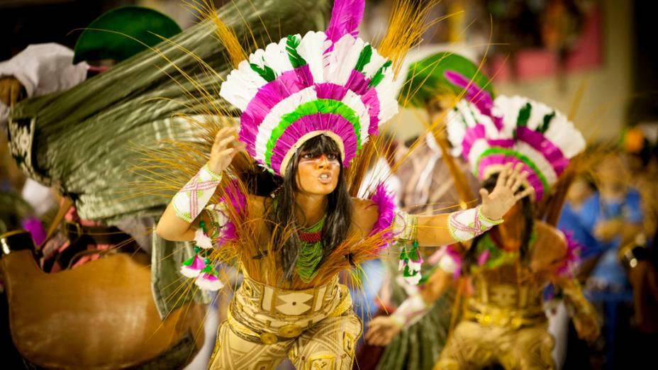 Integrantes da Mangueira durante desfile, pelo grupo especial do Carnaval do Rio de Janeiro,