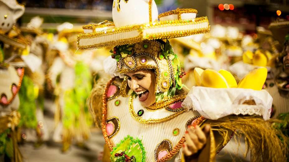 Integrantes da Mangueira durante desfile, pelo grupo especial do Carnaval do Rio de Janeiro