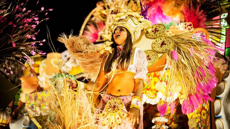 Destaque da Mangueira durante o desfile pelo grupo especial do Carnaval do Rio de Janeiro